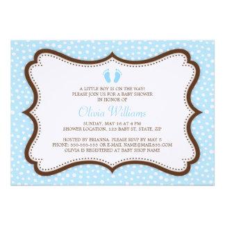 O chá de fraldas azul e marrom dos pés pequenos co convites