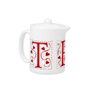 O chá no coração vermelho rotula o bule