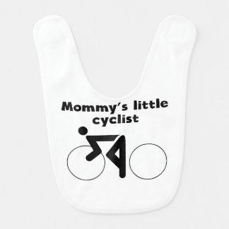 O ciclista pequeno da mamã babador