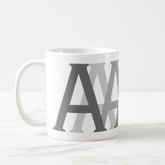 O cinza de Gifting do alfabeto rotula a caneca