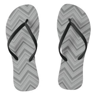 O cinza listra o teste padrão de ziguezague chinelos