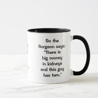 O cirurgião diz a caneca dos rins
