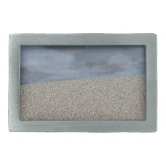 O close up da praia da areia com mar borrou o