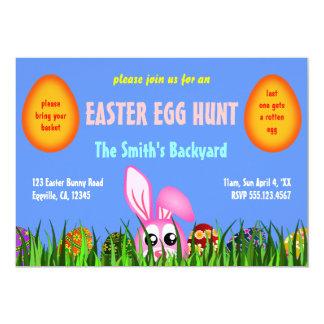 O coelhinho da Páscoa bonito & os ovos na caça do Convite 12.7 X 17.78cm
