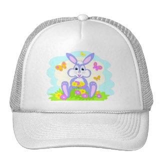 O coelho feliz floresce o chapéu das borboletas bonés
