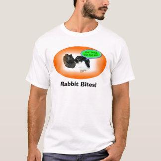 O coelho novo morde a camisa de T