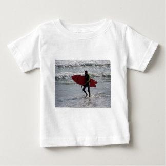 O conselho de surf vermelho camiseta para bebê