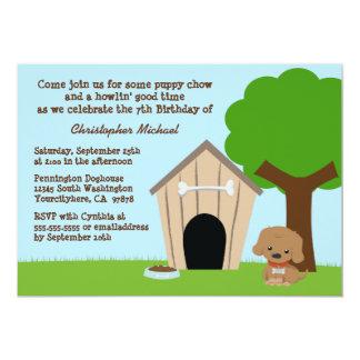 O convite de aniversário bonito do menino da casa