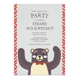 O convite de aniversário do menino do abraço de
