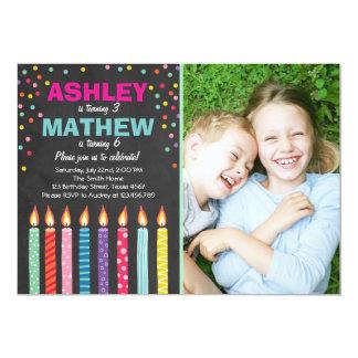 O convite de aniversário gêmeo comum junta duplo