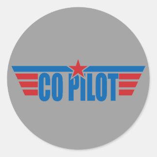 O copiloto voa o crachá - aviação adesivos em formato redondos