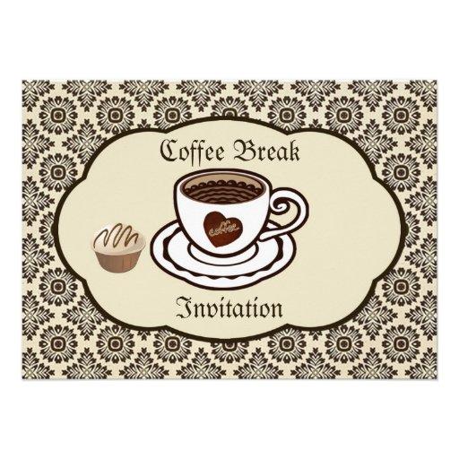 O copo de café, bolo em um partido da cor damasco  convite personalizados