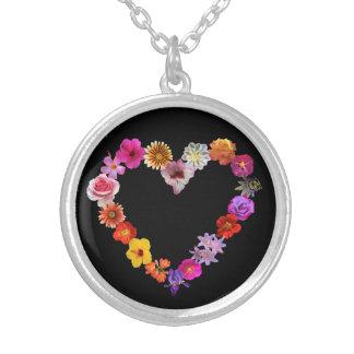 o coração da colar fez fotografias das flores