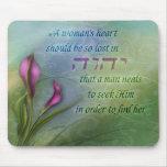 O coração de uma mulher - lírio de Calla Mouse Pads