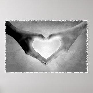 O coração entrega a foto de B&W Pôsteres