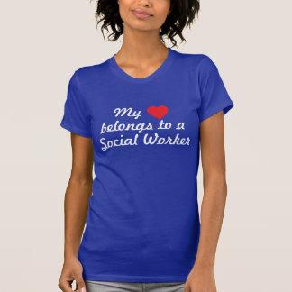 O coração pertence a um assistente social tshirts