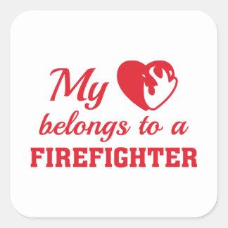 O coração pertence sapador-bombeiro adesivo quadrado