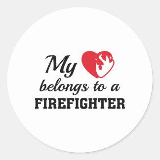 O coração pertence sapador-bombeiro adesivo redondo