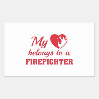 O coração pertence sapador-bombeiro adesivo retangular