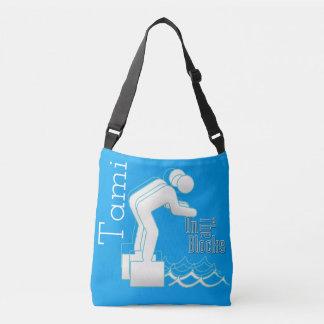 O costume na natação dos blocos cruza sobre o saco bolsas carteiro