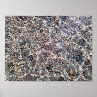 O cristal dos seixos molha o papel de poster do
