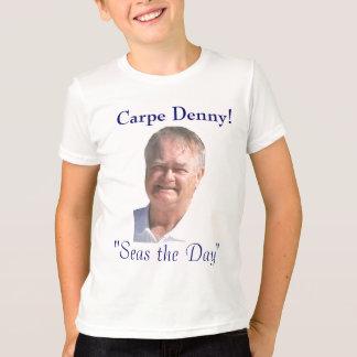 O cruzeiro de Denny caçoa a camisa Camiseta