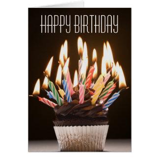 O cupcake com aniversário Candles o cartão de
