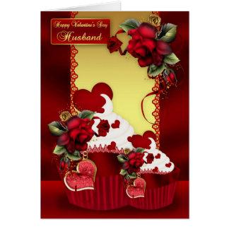 O cupcake do dia dos namorados do marido e cartão comemorativo