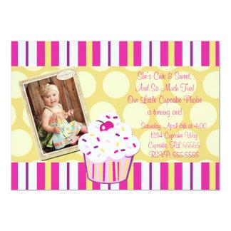 O cupcake dos confetes da menina convida convite 12.7 x 17.78cm