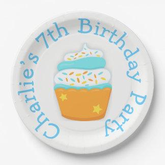 O cupcake e polvilha a festa de aniversário prato de papel