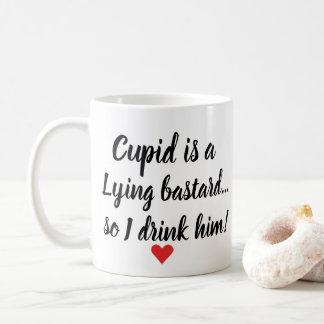 O Cupido engraçado dos namorados é caneca de café