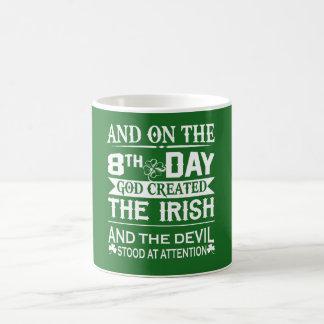O deus criou o irlandês caneca de café