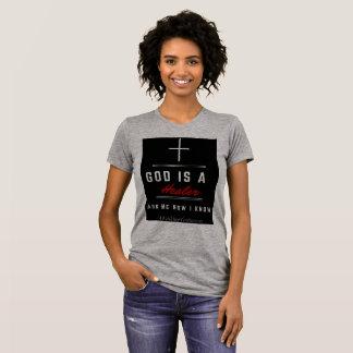 O deus é um cinza da camiseta das mulheres do