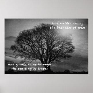 O deus reside dentro dos ramos das árvores poster