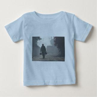 O dever chama o bebê t-shirt fino do jérsei