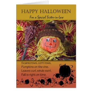 O Dia das Bruxas para a cunhada, o espantalho e o Cartão Comemorativo