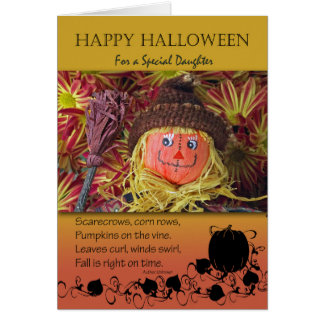 O Dia das Bruxas para a filha, o espantalho e o Cartão Comemorativo
