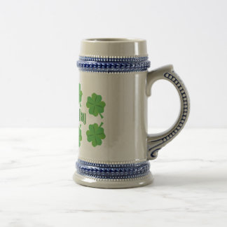 O dia de St Patrick com trevo Caneca De Cerveja