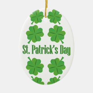 O dia de St Patrick com trevo Ornamento De Cerâmica Oval