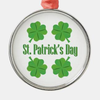 O dia de St Patrick com trevo Ornamento Redondo Cor Prata