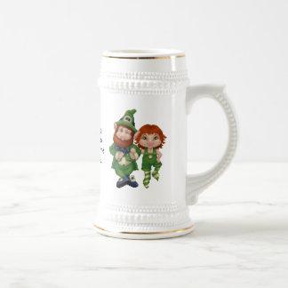 O dia de St Patrick da arte do pixel de Leprecauns Caneca De Cerveja