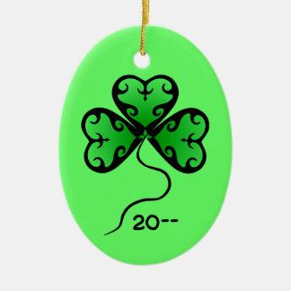 O dia de St Patrick do trevo do gótico Ornamento De Cerâmica Oval
