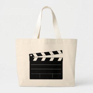 O diretor de filme, cineasta, toma 1 bolsa para compra