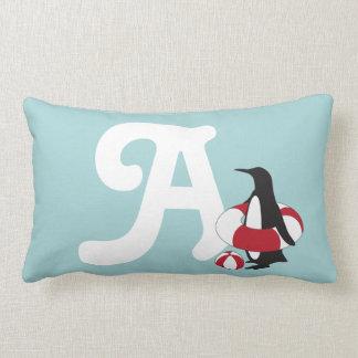 O divertimento bonito do verão do pinguim da almofada lombar