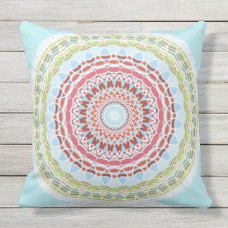 O dobro colorido vibrante bonito da mandala tomou almofada para ambientes externos