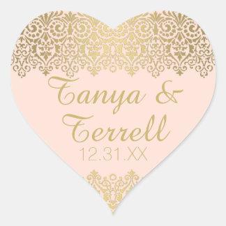O envelope do casamento sela o laço dourado do adesivo coração
