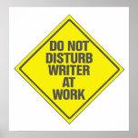 O escritor no trabalho não perturba o sinal do pos poster