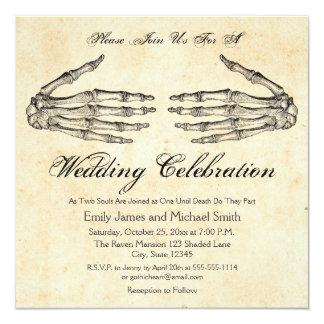 O esqueleto entrega o convite gótico do casamento