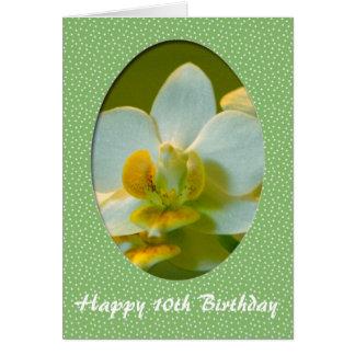 O feliz aniversario, a orquídea branca floresce no cartão comemorativo