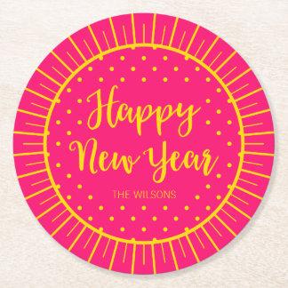 O feliz ano novo cor-de-rosa vibrante do roteiro porta-copo de papel redondo